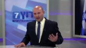"""ח""""כ נפתלי בנט מספר באולפן ערוץ 7 כיצד אביו הקים אנטנות לקליטת השידורים הפיראטיים של הערוץ (צילום מסך)"""