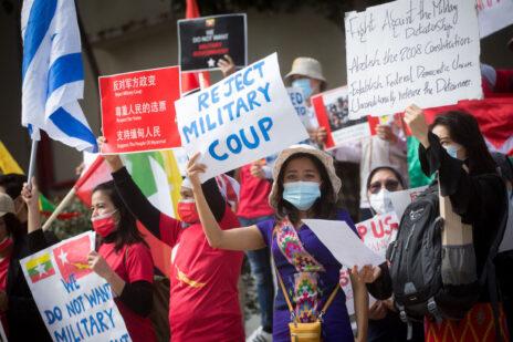 הפגנה נגד המאורעות בבורמה מחוץ לשגרירות סין בתל-אביב, 15.2.2021 (צילום: מרים אלסטר)