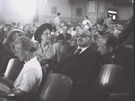 """חיים וייצמן (במרכז), 7.8.1947 (צילום: הנס פין, לע""""מ)"""