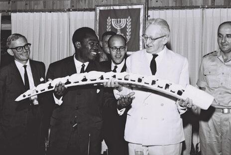 """נשיא המדינה יצחק בן-צבי (שני מימין), 13.6.1962 (צילום: משה פרידן, לע""""מ)"""