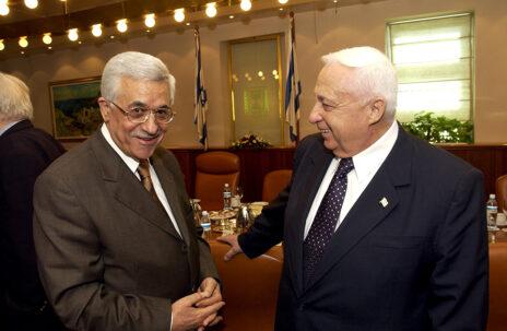 """יו""""ר הרשות מחמוד עבאס בפגישה עם ראש הממשלה אריאל שרון בירושלים, 1.7.2003 (צילום: אבי אוחיון, לע""""מ)"""