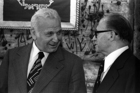 """הנשיא אפרים קציר עם ראש הממשלה המיועד מנחם בגין, 6.7.1977 (צילום: יעקב סער, לע""""מ)"""