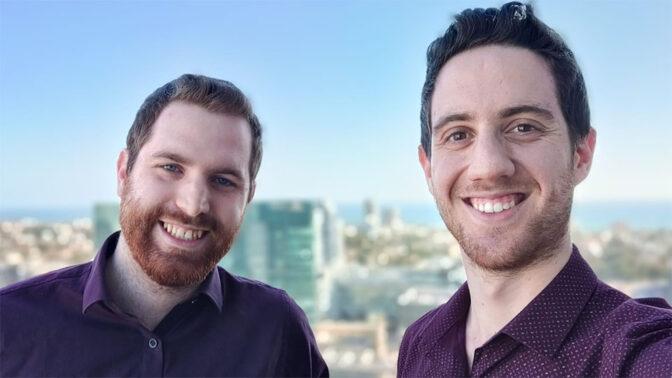 """מימין: אלון מלין ורוני קזמירסקי, מפתחי הטוויטר-בוט """"כותרת בשינוי אדרת"""" (צילום עצמי)"""