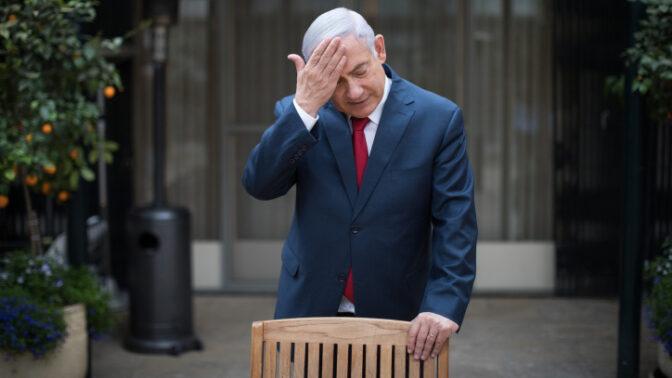 ראש הממשלה בנימין נתניהו בפתח המעון הרשמי בירושלים (צילום: פלאש 90)