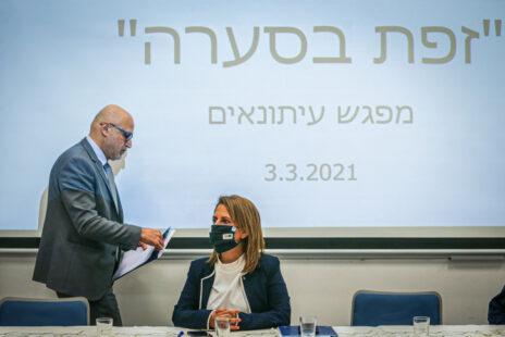 """השרה להגנת הסביבה גילה גמליאל ומנכ""""ל המשרד דוד יהלומי לפני מסיבת עיתונאים שבה האשימה גמליאל את האיראנים באסון הזפת, 3.3.2021 (צילום: יונתן זינדל)"""