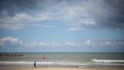 חוף ים ריק בתל-אביב, 4.3.21 (צילום: מרים אלסטר)