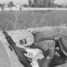 """חייל צה""""ל באחד הביצורים לאורך גדות תעלת סואץ משקיף על התעלה בתקופת מלחמת ההתשה, 15.8.1970 (צילום: משה מילנר, לע""""מ)"""