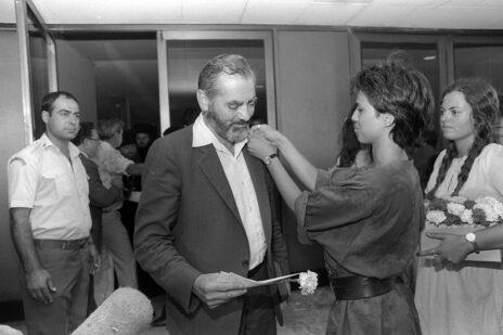 """ח""""כ מאיר כהנא לפני טקס ההשבעה לכנסת ה-11, 13.8.1984 (צילום: חנניה הרמן, לע""""מ)"""