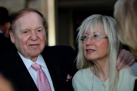מרים אדלסון עם בעלה המנוח, שלדון אדלסון, ב-2009 (צילום: משה שי)