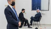 """רה""""מ בנימין נתניהו עם עמית חדד, אחד מעורכי דינו, לפני דיון במשפט הפלילי שלו ושל המו""""לים נוני מוזס ושאול ואיריס אלוביץ', ביהמ""""ש המחוזי בירושלים, 8.2.21 (צילום: ראובן קסטרו)"""