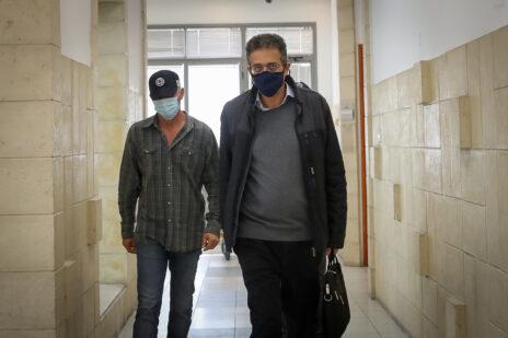אילן ישועה מגיע למסור עדות, בית-המשפט המחוזי בירושלים, 6.4.2021 (צילום: יונתן זינדל)