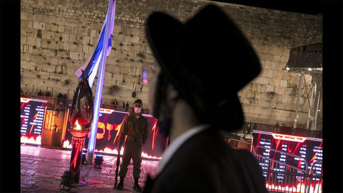 חייל עומד דום בכותל המערבי, יום הזיכרון, 13.4.21 (צילום: אוליביה פיטוסי)