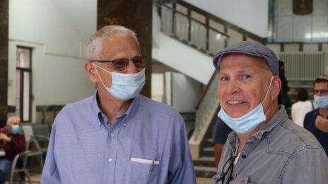 """נחום ברנע (משמאל) עם פרשן """"כלכליסט"""" משה גורלי, השבוע בבית-המשפט המחוזי בירושלים (צילום: אורן פרסיקו)"""