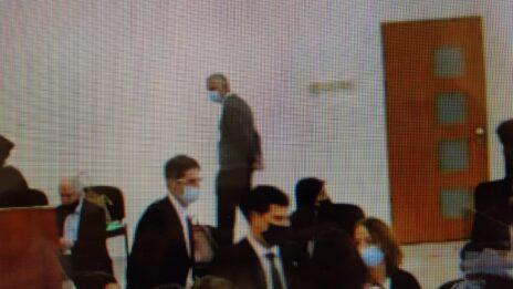 """מו""""ל """"ידיעות אחרונות"""", ארנון (נוני) מוזס, בבית-המשפט המחוזי בירושלים עם פתיחת שלב ההוכחות במשפט השוחד של """"תיק 2000"""". 5.4.2021 (צילום: אורן פרסיקו)"""