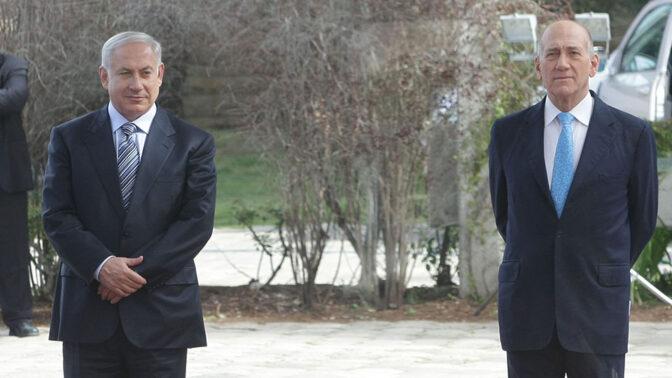 ראש הממשלה היוצא אהוד אולמרט (מימין) עם ראש הממשלה הנכנס בנימין נתניהו, 1.4.2019 (צילום: קובי גדעון)