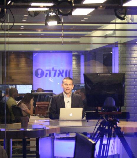 """ינון מגל באולפן הטלוויזיה של """"וואלה"""", ב-2013 (צילום: """"העין השביעית"""")"""