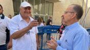 """העיתונאי רשאד עומרי (משמאל), מראיין מחוץ לבימ""""ש השלום בחיפה, שעות לאחר שחרורו ממעצר (צילום: יואב איתיאל)"""