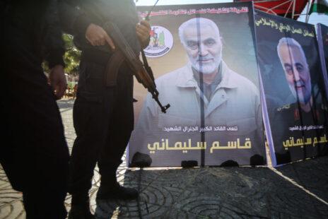 פלסטינים חמושים לצד כרזות עם דמותו של קאסם סולימאני, מפקד כוח קודס של משמרות המהפכה האיראניים, 4.1.20 (צילום: חסן ג'די)
