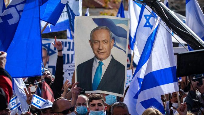 """הפגנת תמיכה בבנימין נתניהו מחוץ לביהמ""""ש המחוזי בירושלים, ביום פתיחת שלב העדויות במשפט המו""""לים, 5.4.2021 (צילום: אוליבייה פיטוסי)"""
