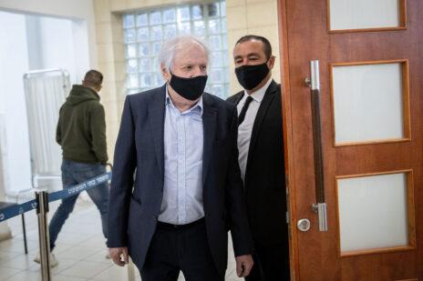 שאול אלוביץ' ועורך-דינו, ז'ק חן, בבית-המשפט המחוזי בירושלים. 13.4.2021 (צילום: יונתן זינדל)