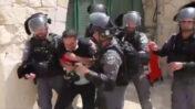 """צלם העיתונות ראמי אלחטיב מובל על-ידי שוטרי מג""""ב בהר הבית בירושלים, 10.5.2021 (צילום מסך מתוך סרטון שפרסם ניר חסון)"""
