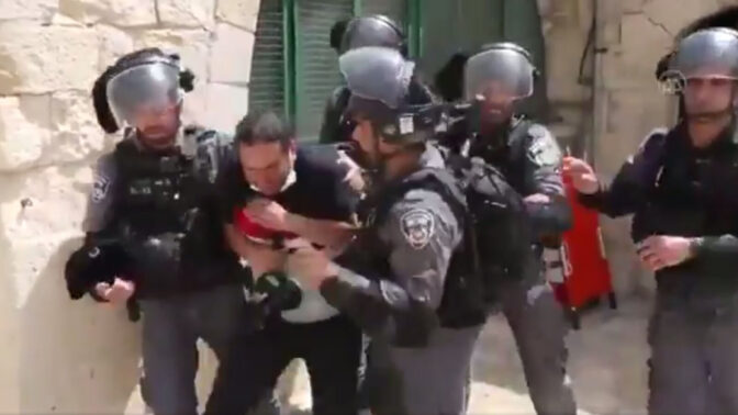 """צלם העיתונות ראמי אלחטיב סופג אגרופים ובעיטות משוטרי מג""""ב בהר-הבית בירושלים, 10.5.21 (צילום מסך מסרטון שפירסם ניר חסון)"""