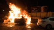 מכונית עולה באש בעכו, 12.5.2021 (צילום: רוני עופר)