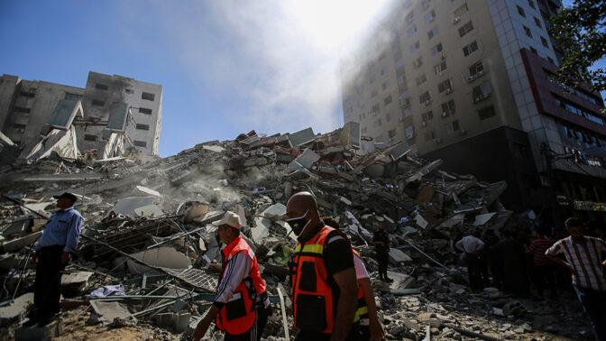 """הריסות בניין בו שכנו מערכות AP ו""""אל ג'זירה"""" והופצץ ע""""י צה""""ל בעזה, 15.5.21 (צילום: עטיה מוחמד)"""