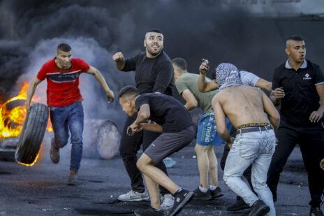 הפגנה פלסטינית אלימה בסמוך למחסום חווארה, דרומית לשכם, 15.5.2021 (צילום: נאסר אשתייה)