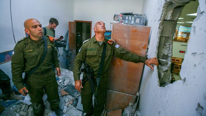 חיילי פיקוד העורף בוחנים פגיעת רקטה חמאסית בבית באשקלון, 16.5.21 (צילום: אדי ישראל)