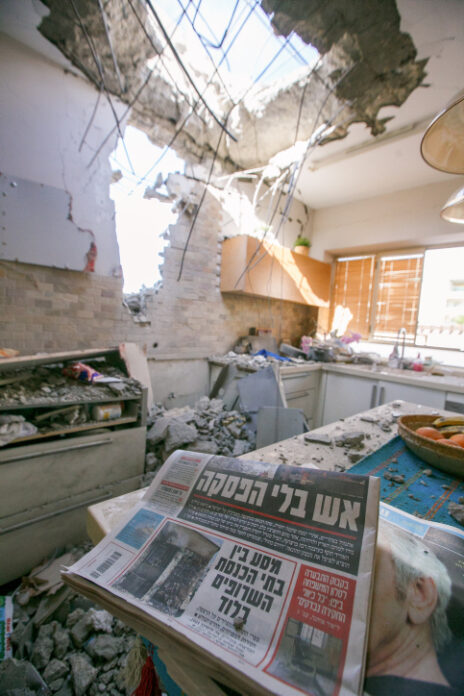 בית באשקלון שספג פגיעה מרקטה שנורתה מעזה בידי חמאס, 16.5.21 (צילום: אדי ישראל)