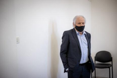 שאול אלוביץ' בבית-המשפט המחוזי בירושלים, בדיון במשפט שבו הוא נאשם במתן שוחד לראש הממשלה בנימין נתניהו. 24.5.2021 (צילום: יונתן זינדל)