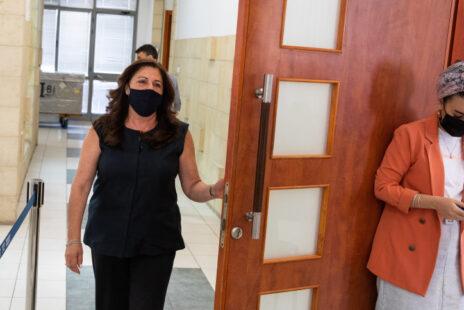 """איריס אלוביץ', לשעבר בעלת השליטה בבזק וב""""וואלה"""", בביהמ""""ש המחוזי בירושלים, 25.5.21 (צילום: יונתן זינדל)"""