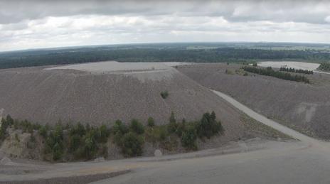 הר פסולת ליד אתר פצלי שמן באסטוניה (צילום מסך)