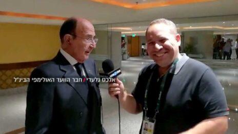 """יניב טוכמן מ""""וואלה"""" מראיין את אלכס גלעדי ב-2016, לפני חשיפת העדויות נגדו (צילום מסך מתוך שידורי """"וואלה"""")"""