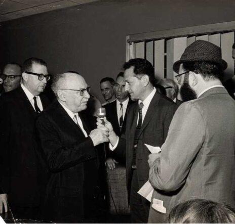 """צבי גיל בריאיון עם הנשיא שזר בארה""""ב, 1966 (צילום: אוסף פרטי צבי גיל)"""