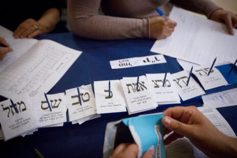 ספירת הקולות אחרי הבחירות הכלליות לכנסת במרץ 2015 (צילום: מרים אלסטר)
