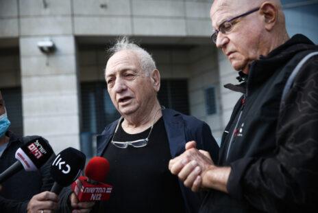 """דוד ארצי (משמאל) ודן רביב, בפתח תחנת משטרה בתל-אביב, לשם הגיעו כדי להגיש תלונה נגד הזוג נתניהו ועו""""ד שמרון, 18.3.21 (צילום: מרים אלסטר)"""