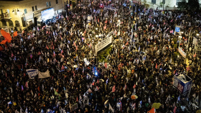 """הפגנה נגד המשך כהונתו של רה""""מ נתניהו, מול המעון הרשמי בירושלים, 20.3.21 (צילום: יונתן זינדל)"""