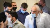 """יאיר נתניהו (במרכז) עם עו""""ד יוסי כהן, 26.4.21 (צילום: אבשלום ששוני)"""