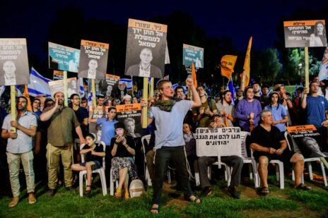 מפגיני ימין בקרבת ביתה של איילת שקד בתל-אביב, מוחים נגד כניסתה לממשלה ללא נתניהו. 3.6.2021 (צילום: אבשלום ששוני)