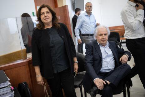 הנאשמים שאול אלוביץ' ואשתו איריס אלוביץ' בבית-המשפט המחוזי בירושלים, 15.6.2021 (צילום: יונתן זינדל)
