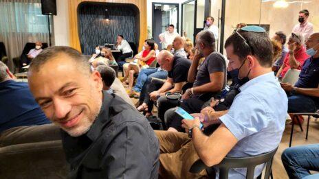 """גיא לוי, """"פרויקט ה-315"""", בכנס היסוד של איגוד התקשורת הישראלית. 22.7.2021 (צילום: איתמר ב""""ז)"""