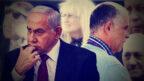 """ארנון (נוני) מוזס, מו""""ל """"ידיעות אחרונות"""" (מימין) ורה""""מ לשעבר בנימין נתניהו. ברקע, מימין לשמאל: ראשי הממשלה לשעבר אריאל שרון ואהוד אולמרט, ומרים ושלדון אדלסון, הבעלים של """"ישראל היום"""" (צילומים מקוריים: בן דורי, רועי אלומה, אוליבייה פיטוסי, אבי אוחיון, לע""""מ, דוד ועקנין)"""