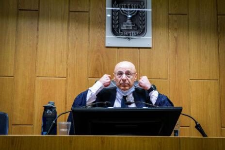 השופט ירון לוי בפתח דיון הקראת גזר הדין של פאינה קירשנבאום. בית-המשפט המחוזי בתל-אביב, 14.7.2021 (צילום: אבשלום ששוני)