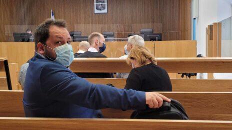 """פאינה קירשנבאום והגבר המזוקן שסירב להזדהות בפני """"העין השביעית"""", בדיון שהתקיים ב-8.6.2021 (צילום: איתמר ב""""ז)"""