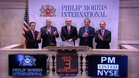 """חברי הנהלת פיליפ-מוריס העולמית (במרכז: המנכ""""ל הנוכחי יאצק אולצ'אק) סוגרים את יום המסחר בוול-סטריט, אפריל 2013 (צילום מסך מתוך חשבון היוטיוב של הבורסה בניו-יורק)"""