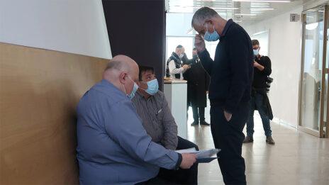 """ארנון (נוני) מוזס (מימין) ואיזט מולינה, המשנה למנכ""""ל """"ידיעות אחרונות"""" המופקד על תחום הכספים וחתום על הצו המוסכם עם רשות התחרות (צילום: איתמר ב""""ז)"""