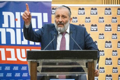 """אריה דרעי נושא דברים במסיבת עיתונאים משותפת של ש""""ס ויהדות-התורה. הכנסת, יוני 2021 (צילום: יונתן זינדל)"""