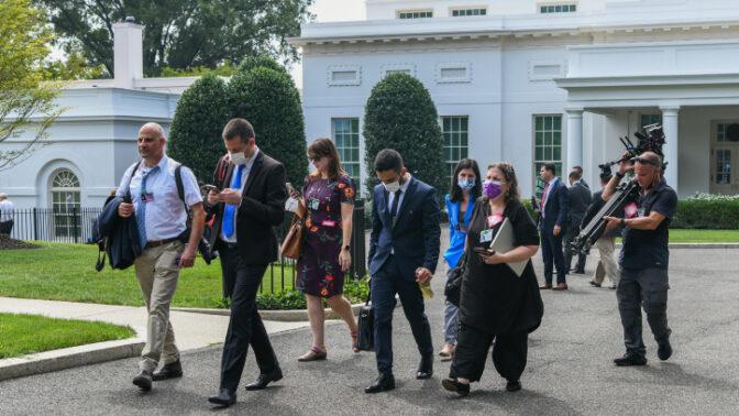 עיתונאים ואנשי ממשל ישראלים יוצאים מהבית הלבן לאחר דחיית הפגישה בין ראש הממשלה נפתלי בנט לנשיא ארצות-הברית ג'ו ביידן, 26.8.2021 (צילום: אריה לייב אברהם)